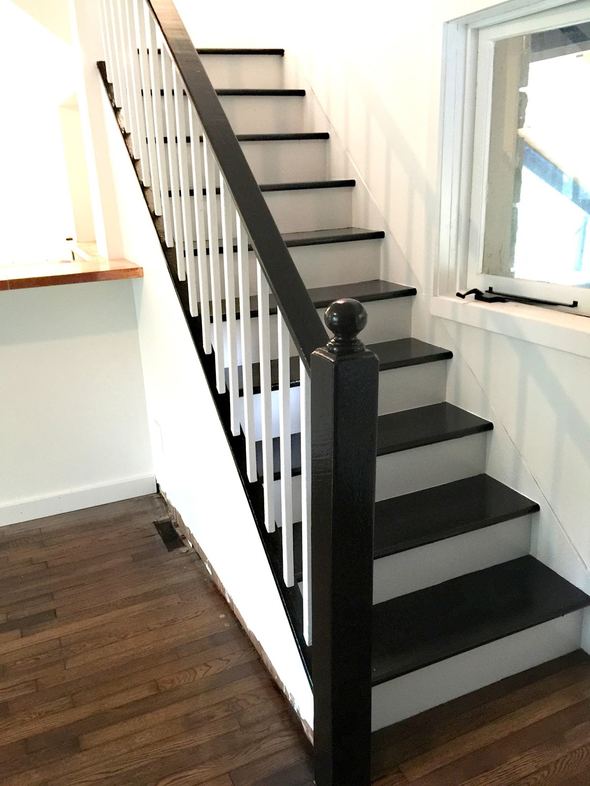 FACCI DESIGNS: How to Paint a Staircase Black & White ...