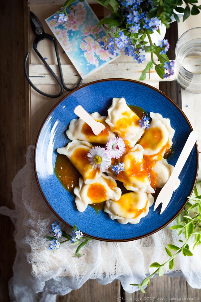 pierogi z serem i sosem pomarańczowym na słodko