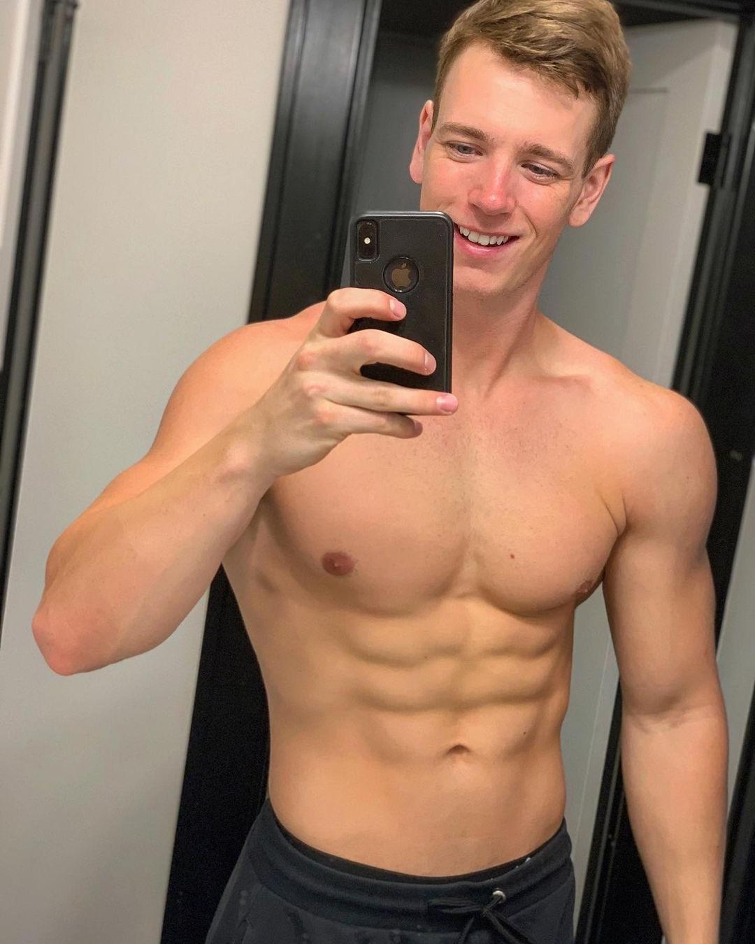 cute-red-nose-ginger-dude-ben-petersen-fit-shirtless-body-selfie-abs