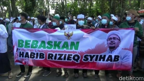 Tuntut HRS Dibebaskan, Ratusan Orang Demo di Kejari-PN Purwakarta