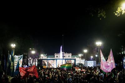 Multidão na Plaza de Mayo co tra Bolsonaro