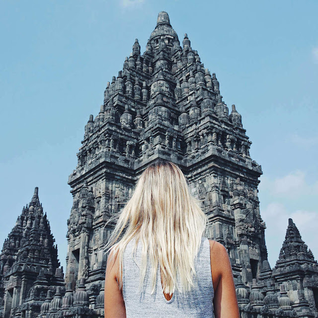 Nằm cách Yogyakarta 18 km về phía đông, ngôi đền có 240 tháp lớn nhỏ với kiến trúc độc đáo, trang trí bằng phù điêu cùng hoa văn ấn tượng, là điểm dừng chân của hàng triệu du khách mỗi năm. Đêm xuống, khi ánh mặt trời lụi dần qua những đỉnh núi, các tòa tháp rọi bóng trên bầu trời đen sẫm đem đến vẻ đẹp bí ẩn hiếm nơi nào có được.