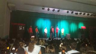 Estudantes no Teatro Municipal de Santa Cruz do Capibaribe assistindo o espetáculo Branca de Neve e os sete anões