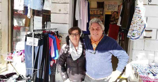 Claudio con la commessa Sabrina davanti alla Merceria Silvestro di Via Garibaldi a Venezia