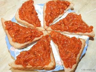 Zacusca pe paine reteta mancare vegana gustare aperitiv de post cu legume vinete ardei gogosari rosii retete mancaruri zacuste de casa traditionale romanesti,