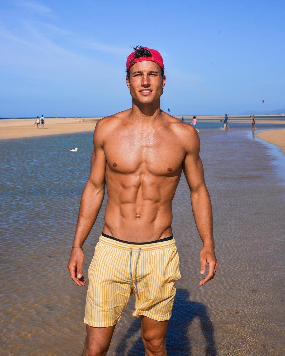 shirtless-muscle-abs-model-torben-konig-beach