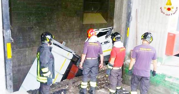 REGGIO CALABRIA. Autocompattatore precipita in una vasca dell'impianto di Sambatello