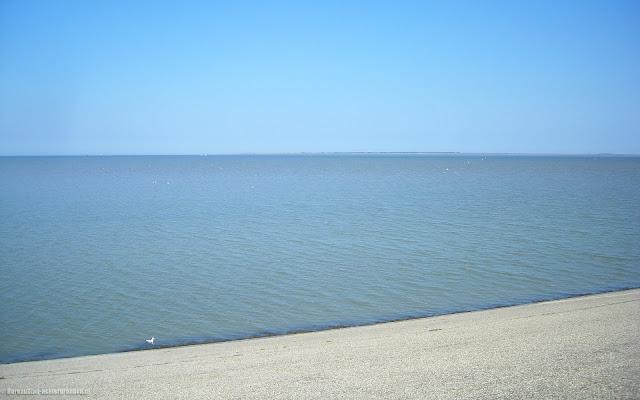 Uitzicht over zee op de dijk bij Lauwersoog