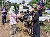 Ekonomi Rakyat Semakin Sulit, Anggota DPRD Ini Bagikan Paket Sembako Kepada Janda Lansia dan Duafa