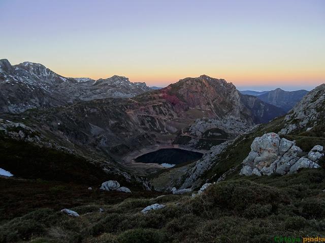 Mirando el Lago de la Cueva en Somiedo.