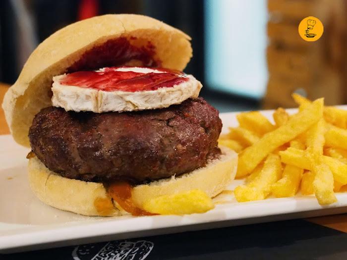 Hamburguesa con queso de cabra, mermelada de frutos rojos y cebolla caramelizada en Gobu Burger.