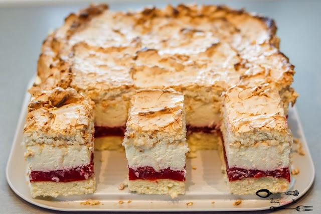 ciasta i desery,ciasto na biszkopcie,ciasto z masą śmietanową,ciasto z owocami,ciasto z masą wiśniową,ciasto z bezą, pyszne ciasto, ciasto z kremem