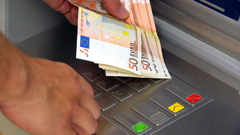 Φόρο στις αναλήψεις μετρητών ζητούν οι τράπεζες