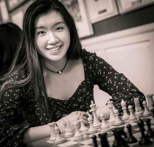 Jennifer Yu, 17 ans et 2273 Elo FIDE, remporte le titre de championne US 2019 d'échecs, une ronde avant la fin, une bonne raison de sourire - Photo © le site officiel