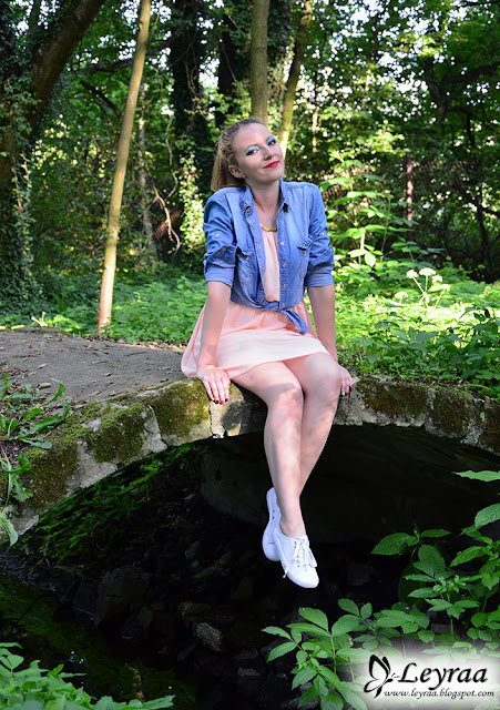 Sukienka brzoskwiniowa, jeansowa koszula, białe trampki