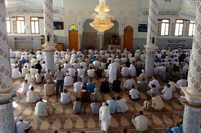 hadits keutamaan berjalan ke masjid di hari jumat