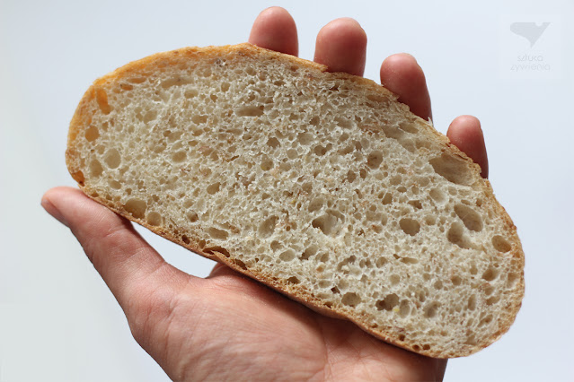 kromka chleba w dłoni