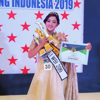windi fibriani siswi kelas XII SMA PGRI 2 Kayen meraih prestasi tinggi di kejuaraan modeling tingkat nasional