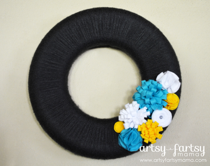 DIY Yarn Wreath at artsyfartsymama.com #wreath #yarn