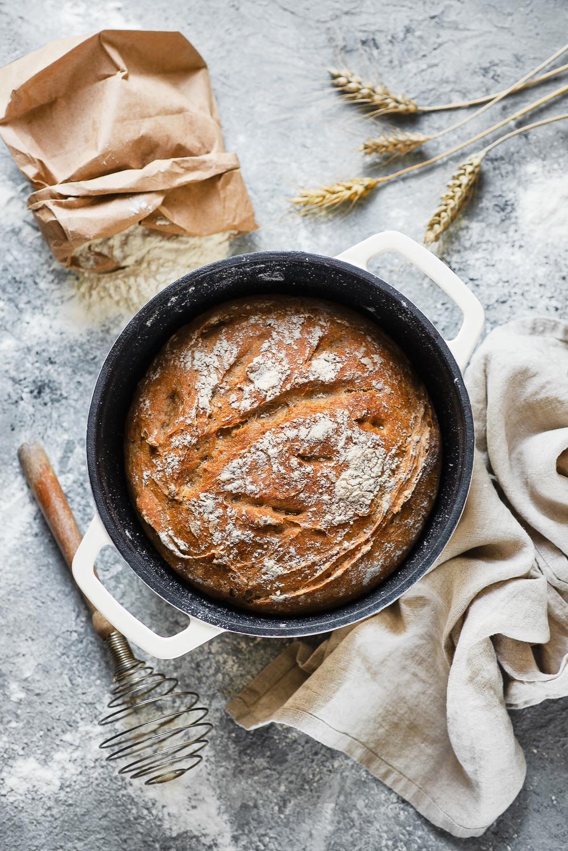 Łatwy chleb z żeliwnego garnka (na drożdżach)