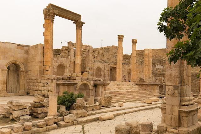 Decumano norte, entrada al Teatro Norte de Jerash