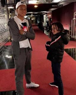Foto Kylian Mbappé Bergaya bersama Adiknya