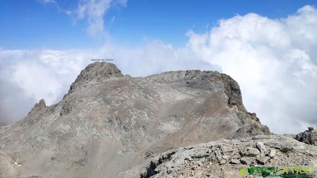 Vista hacia el Neverón de Urriellu desde la cima de la Párdida