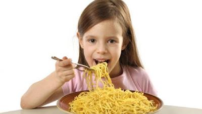 Anak Makan Mi Instan