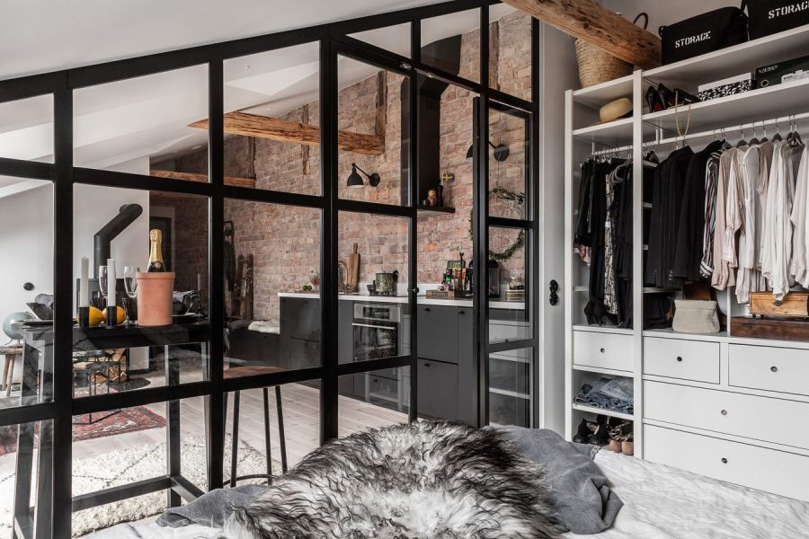 Mieszkanie na poddaszu w loftowym klimacie, wystrój wnętrz, wnętrza, urządzanie domu, dekoracje wnętrz, aranżacja wnętrz, inspiracje wnętrz,interior design , dom i wnętrze, aranżacja mieszkania, modne wnętrza, loft, styl industrialny, czerń i biel, black and white, poddasze, mieszkanie na poddaszu, szklana ściana
