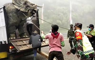 Fakta Dibalik Video Viral Dinosaurus Turun dari Truk di Mojosemi Magetan