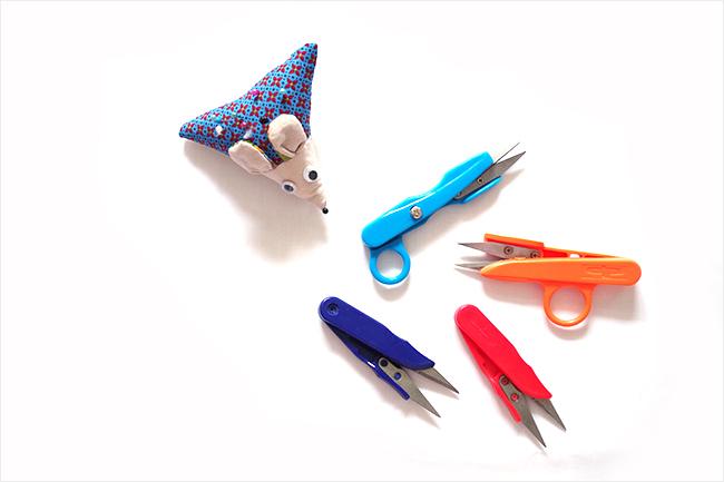 Cortahilos de colores y un acerico ratón