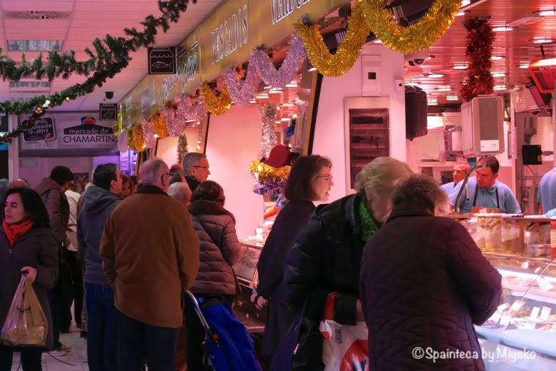 スペインのマドリードで地元の人が行くメルカド市場で買い物をする様子