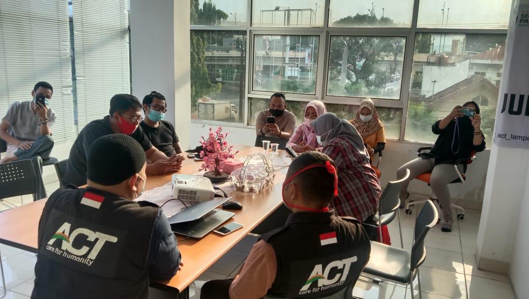 IIB Darmajaya dan RM Sambel Alu - Roti Keset Anget Bagikan Kado Ramadan untuk Jurnalis Kemanusiaan Lampung