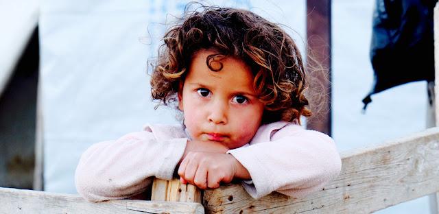 Ritratto di bambina siriana in un campo profughi a Beirut