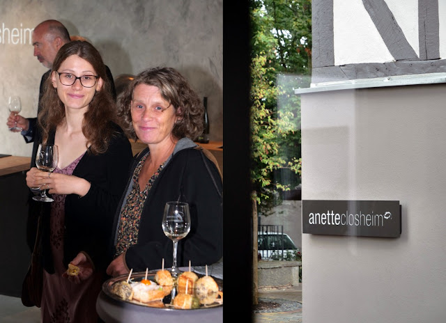 Weinliebhaber in der Die Vinothek des Weingutes Closheim in Langenlonsheim an der Nahe.