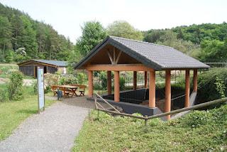 Station 1: Die kleine Brücke, überdacht von einem Häuschen