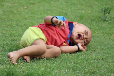 penyebab anak suka menangis jika bertemu banyak orang atau berkunjung ke tempat baru