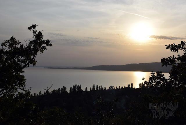 Kilátás a Balatonra nyugat felé, éppen lemenő napnál.