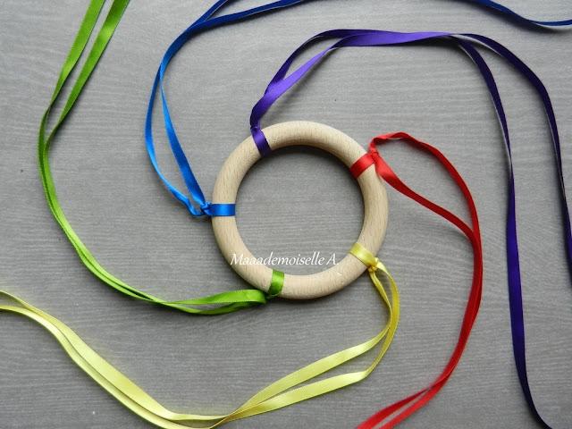 || DIY : Hochet en bois à rubans, d'inspiration Montessori