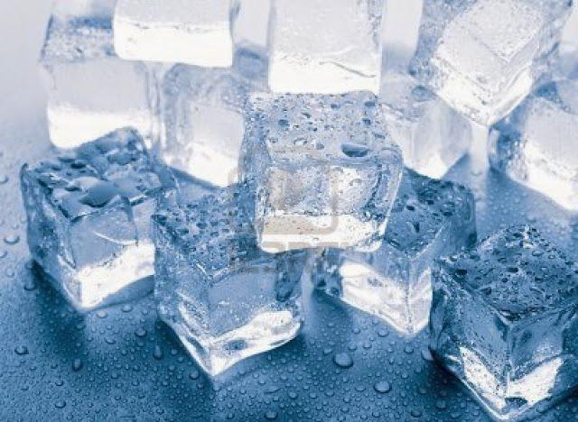 Es Batu Aman Konsumsi Terbuat dari Air Matang, Warnanya Relatif Bening
