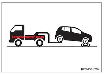 menderek mobil dengan truk pengangkat roda belakang