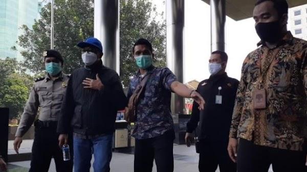 Gubernur Sulsel Nurdin Abdullah Ngelus Dada saat Tiba di KPK