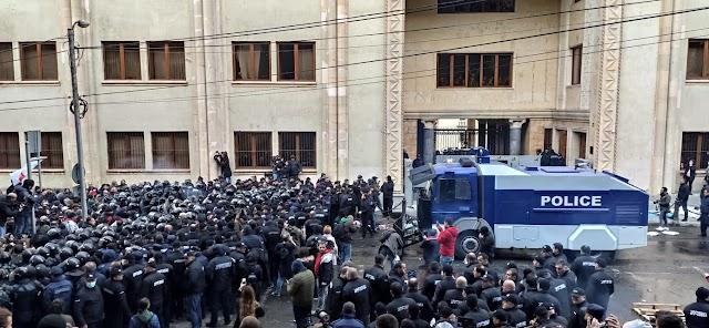 Спецназ МВД Грузии при помощи водометов разогнал пикеты около Парламента Грузии