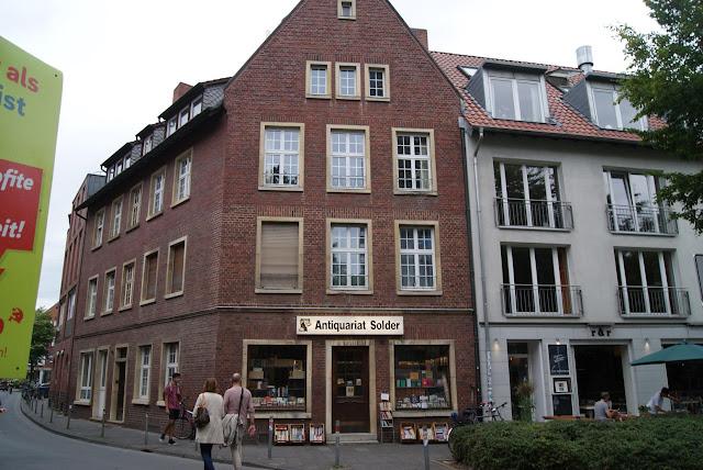 """Ein braunes Backsteingebäude, das als Drehort der Krimiserie """"Wilsberg"""" dient"""