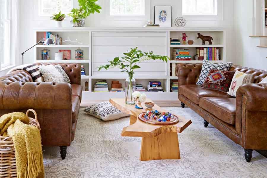 angkat bantal dan buku atau benda lainya dari sofa