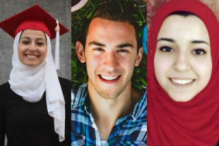 تأثر عائلة مسلمة أمريكية بعد سماعها تسجيل مقتل أولادها والحكم على القاتل بالسجن مدى الحياة