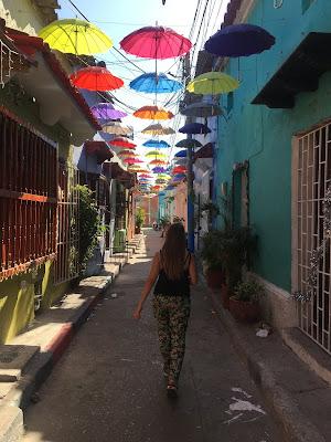 calle de paraguas en getsemani