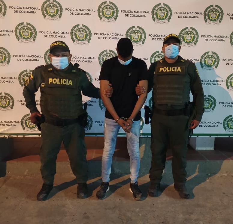 hoyennoticia.com, Tiró piedras y palos contra la Policía en medio de una parranda