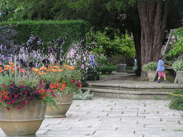 donice w ogrodzie, kamienne schody