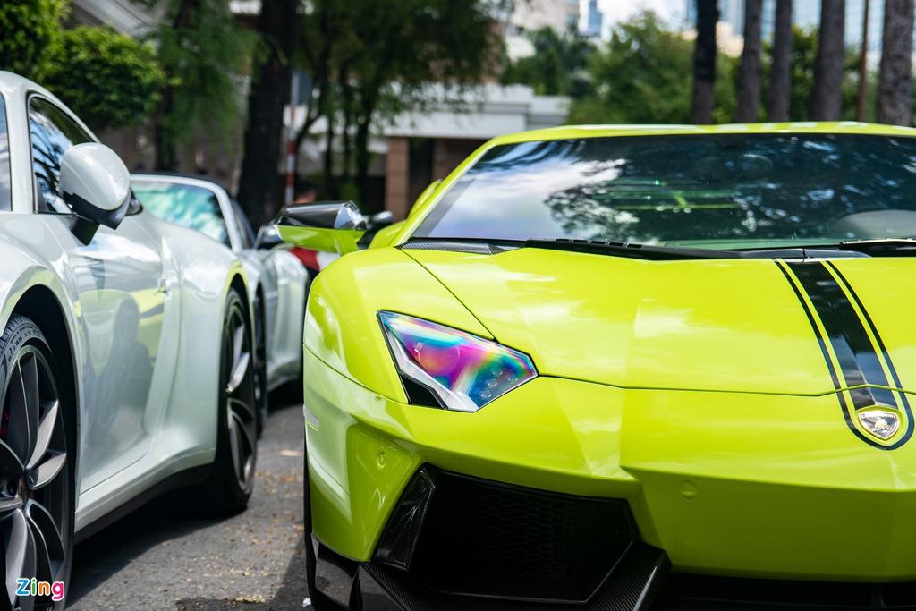 Bộ đôi siêu xe màu độc, biển số đẹp họp mặt tại TP.HCM
